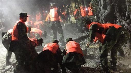 四川阿壩州九寨溝地震.強震。武警官兵展開救援。(圖/翻攝自新華網)