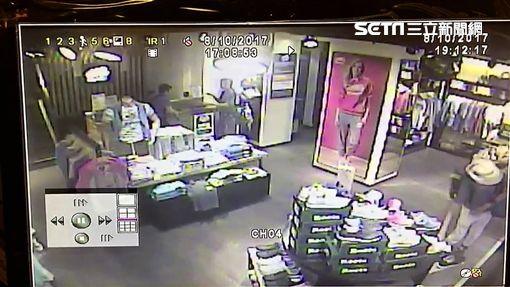 日籍男子山內翔太在西門町先後偷了運動鞋及牛仔褲,第二次下手時被店員發現追出,他逃到捷運西門站出口時,遭聞訊趕抵的警員逮獲(翻攝畫面)