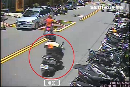 謝嫌騎車經過。(圖/翻攝畫面)
