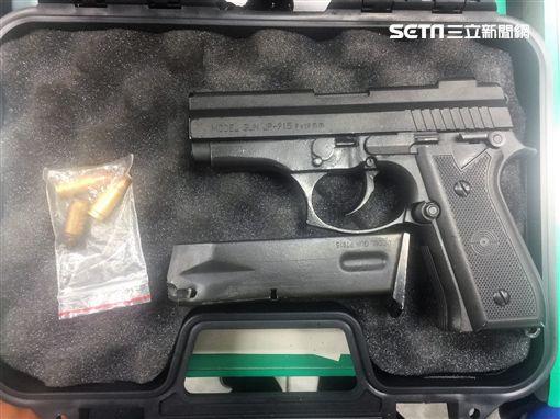 綽號「澄哥」的陳男改槍技術精湛,還以桃園市豪宅作為掩護,警方循線前往查獲,當場搜出1支金牛座改造手槍(翻攝畫面)