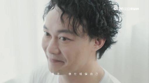 """獨/內力了得?陳奕迅飆""""海豚音"""" 3秒震碎玻璃杯"""