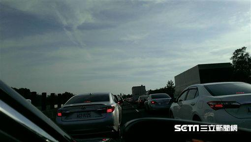 國道3號南下117公里小貨車翻覆 車潮回堵至少2公里