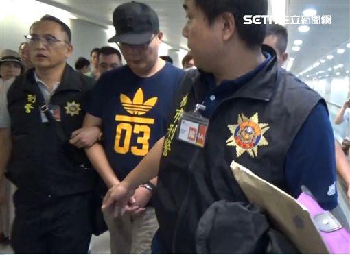 何嫌與兩兄弟共組詐騙集團,他自己長期隱身泰國,隔海指揮中國詐機房及台灣車手,警方歷經長期監控蒐證,逐一瓦解該集團(翻攝畫面)