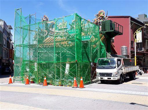 宮廟目前正在進行拜亭拆除工程。(圖/翻攝畫面)