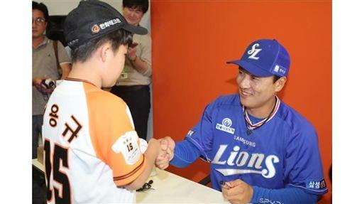 ▲李承燁引退之旅舉辦小朋友簽名會。(圖/截自韓國媒體)
