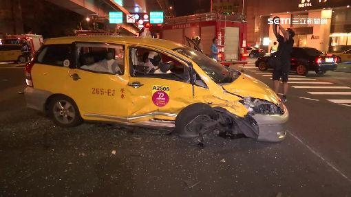 小黃下匝道碰撞休旅車 釀4傷!撞到輪胎都掉了