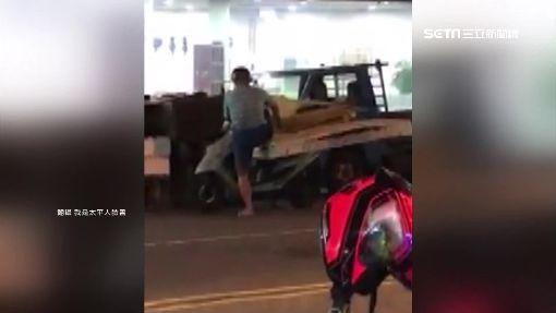 回收伯騎機車載床墊上路 民眾驚呼:真狂!