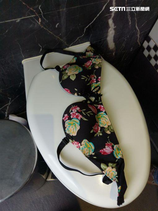 屋內女子內衣褲散落一地。(圖/翻攝畫面)