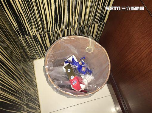 警方在垃圾桶內發現使用過的保險套。(圖/翻攝畫面)
