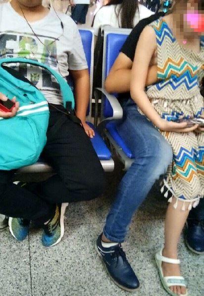 大陸,鐵路,南京,哥哥,女孩,妹妹,裙子,伸手,胸部,摸胸(圖/翻攝自微博)
