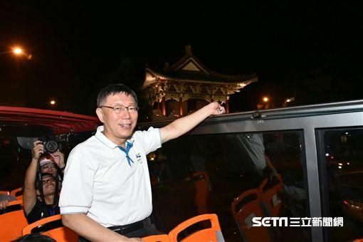 柯文哲搭雙層巴士為城門點燈 北市府提供