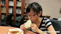書田診所家醫科主任宋晏仁提醒,預防糖尿病上身應少吃高升糖指數食材,如白麵包、白土司等。(圖/記者楊晴雯攝)