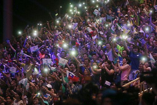 世大運開幕 觀眾點亮手機燈光為選手打氣台北世大運19日晚間在台北田徑場舉行開幕式,各國代表團陸續進場,稍早部分代表團受阻無法入場,狀況排除後一起進場,場邊觀眾歡聲雷動,也點起手機燈光同為選手們加油打氣。中央社記者吳家昇攝 106年8月19日 ID-1017127