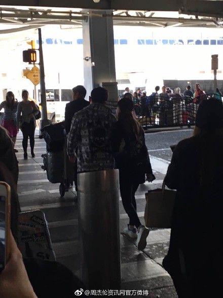 周杰倫和昆凌現身紐約甘迺迪機場。(翻攝自微博)