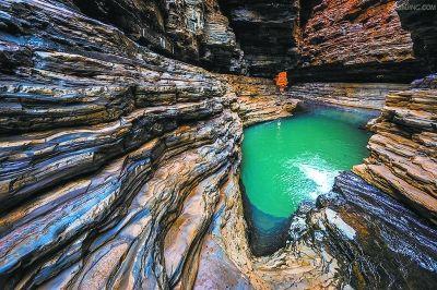 廢棄的礦白玉礦坑湧出泉水。(圖/翻攝自《北京日報》)