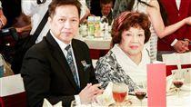 周遊(右)和李朝永(左)結婚38年,爆離婚消息。圖為兩人在參加關懷演藝人員端午節餐會時留下合影。(圖/鏡週刊提供)
