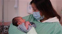 孕婦車禍險喪命  急診剖腹救子不留憾(1)馬偕醫院日前急救一名車禍差點喪命的孕婦,且在急診剖腹救子。乳名「棉花棒」的男嬰出生時不動、不哭,幸好及時治療,母子能幸運避開鬼門關,讓醫療團隊感到溫馨與振奮。(馬偕醫院提供)中央社記者陳偉婷傳真  106年9月8日