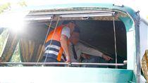 阿羅哈重大車禍 檢察官戡驗車體(3)一輛阿羅哈客運11日深夜在國道一號岡山路段疑因閃避前方車輛失控擦撞護欄,造成6死11傷車禍,檢察官12日會同警方傳訊肇事司機並勘驗事故車輛,調查釐清肇事原因。圖為檢察官率相關人員戡驗阿羅哈肇事車體,錄影存證。中央社記者董俊志攝 106年9月12日
