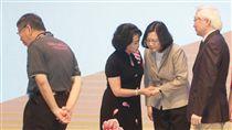 蔡總統柯文哲同台  互動不多(2)第21屆世界資訊科技大會(WCIT)11日在台北國際會議中心舉行開幕式,總統蔡英文(右2)、台北市長柯文哲(左)等出席與會,兩人同台互動不多。中央社記者裴禛攝  106年9月11日