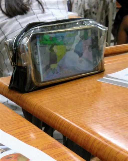 追劇,通明筆袋,行動電話,上課,妙用(圖/翻攝自Dcard)