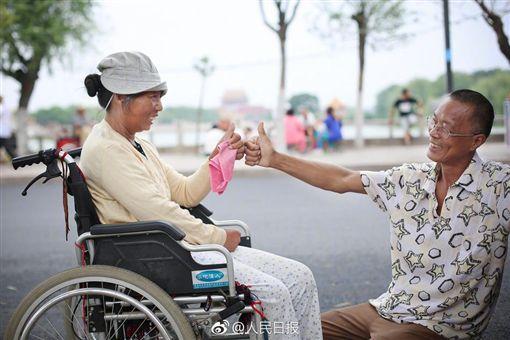 河南農民郭景新載著病妻四處旅遊。(圖/取自人民日報微博)