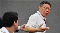 抗議人士世大運開幕鬧場 柯文哲嚴厲譴責台北市長柯文哲(圖)20日下午在台北市政府召開記者會,重申世大運不只是台北的世大運,是台灣的世大運,反年改團體在自己國家辦喜事時來搞破壞,是「王八蛋!」並再度表達嚴厲譴責,即日起對陳抗事件的違法脫序行為,採取強硬態度。中央社記者王飛華攝 106年8月20日