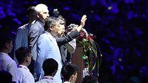 世大運閉幕式 陳副總統向觀眾致意2017台北世界大學運動會閉幕典禮30晚間在台北田徑場舉行,副總統陳建仁(中揮手者)出席與會,並向滿場觀眾揮手致意。中左為台北市長柯文哲。中央社記者張新偉攝 106年8月30日
