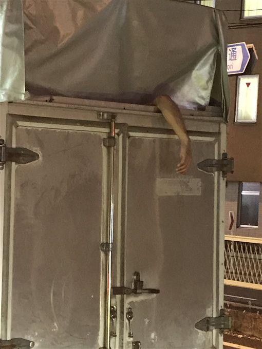 日本也鬼門開?前方卡車車頂「軟弱手下垂」 網友拍照嚇傻圖/翻攝自_t3k2r3_ Twitterhttps://twitter.com/_t3k2r3_/status/906467732266262529