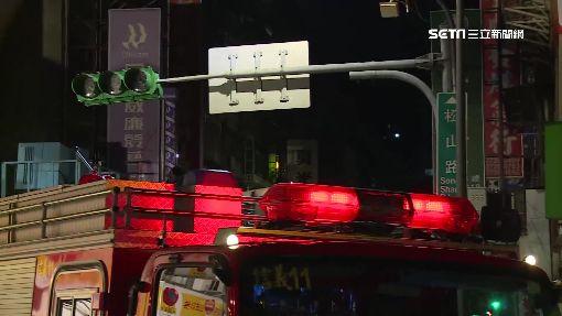 路口三車撞成一團 騎士夾擊 8壯漢抬車救人