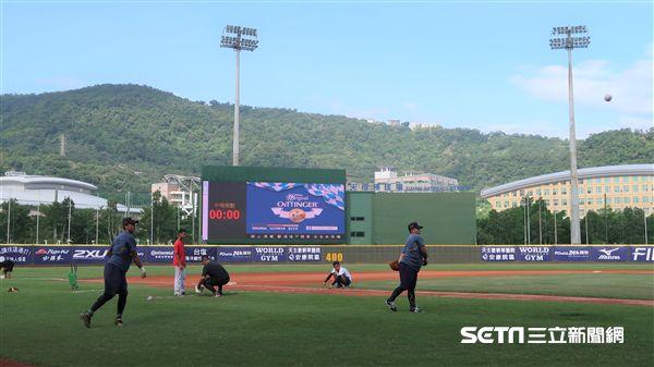 天母棒球場相隔近兩年再度舉辦職棒賽事。(圖/記者王怡翔攝)