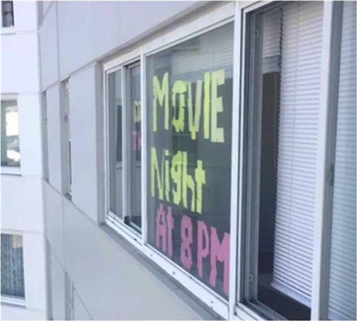 大學,窗戶,宿舍,便條紙,看電影,揪團,REDDIT 圖/翻攝自Reddit