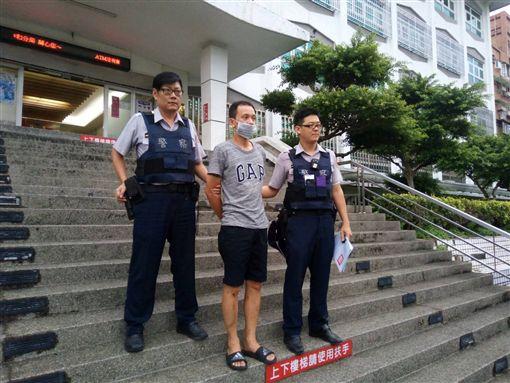 陳男遭警方移送。(圖/翻攝畫面)