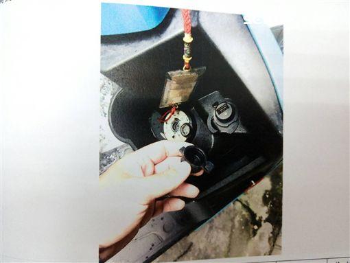 車主機車上的USB插槽被陳男捅壞。(圖/翻攝畫面)