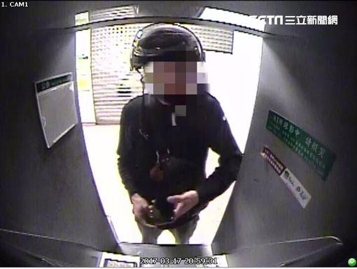 車手前往ATM提領贓款。(圖/翻攝畫面)