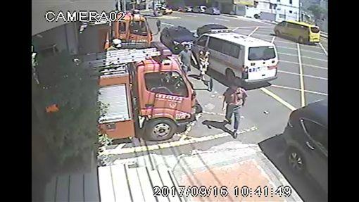 沈男操作機械不慎自斷四指,由救護人員駕駛救護車送醫急救。(圖/翻攝畫面)