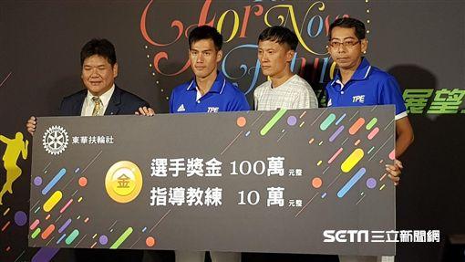 100公尺金牌楊俊瀚獲頒100萬元(圖/記者劉家維攝)