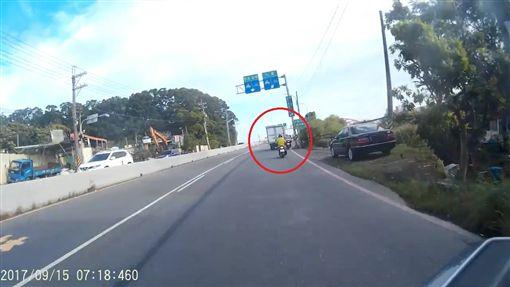 小貨車往右切得太多,疑似因此惹得機車騎士不滿。(圖/翻攝畫面)