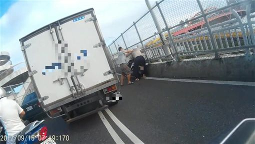 機車騎士與小貨車駕駛扭打在一塊。(圖/翻攝畫面)