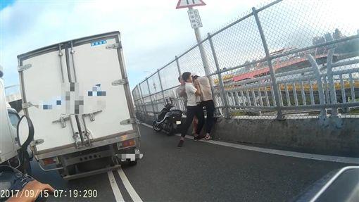 小貨車副駕駛見狀下車助陣。(圖/翻攝畫面)