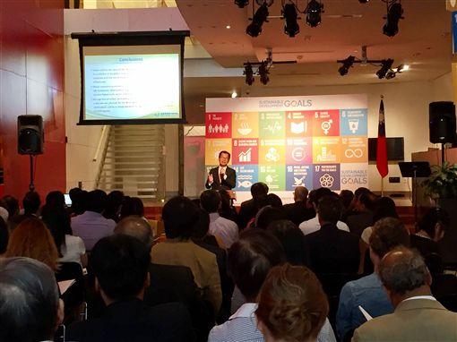 環保署長李應元15日(本地時間)在紐約發表台灣參與 聯合國永續發展目標,首份「國家自願檢視報告」( VNR),期盼聯合國聽見台灣聲音。 中央社記者黃兆平紐約攝 106年9月16日
