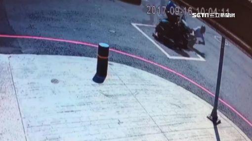 6旬婦疑打錯方向燈 駕車撞飛3機車釀4傷