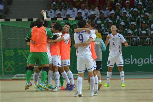 ▲中華男足隊在亞室武運五人制足球賽首戰,逆轉擊敗越南,全隊興奮擁抱。(圖/體記協會提供)