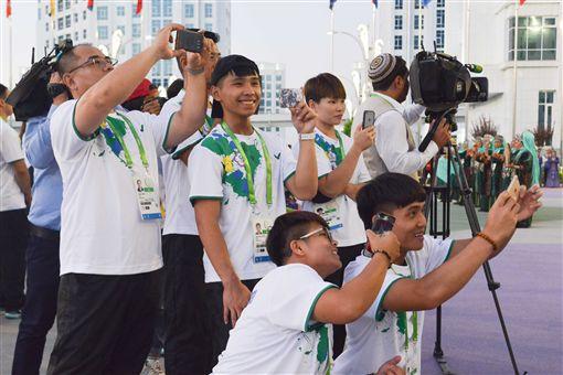 ▲中華代表團舉重隊選手,在升旗儀式後搶拍土庫曼傳統表演。(圖/體記協會提供)