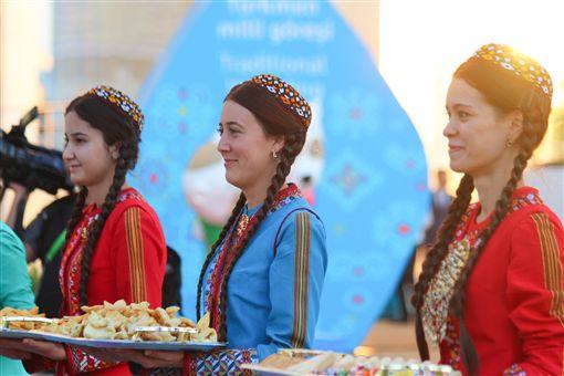 ▲土庫曼人身著傳統服飾,在升旗儀式上,歡迎各國代表團。(圖/體記協會提供)