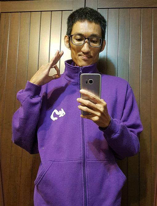 穿上紫衣後有靈感爆發嗎?A濫:有,一直流汗(圖/臉書)