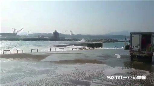 基隆堤防,浪捲小貨車