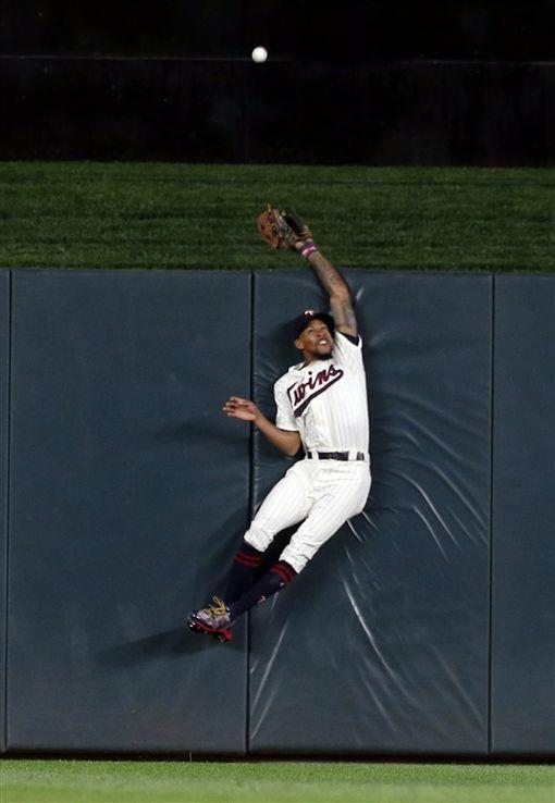 ▲雙城中外野手Byron Buxton試圖跳接藍鳥Josh Donaldson擊出的全壘打。(圖/美聯社/達志影像)