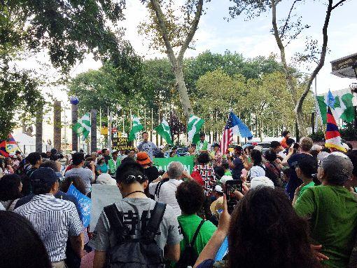 台灣入聯遊行 聯合國廣場開講聯大總辯論登場前,台灣人紐約入聯遊行,數百人齊聚聯合國前哈瑪紹廣場開講。中央社記者黃兆平紐約攝 106年9月17日