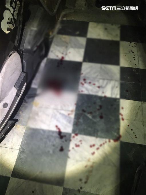 地板上血跡斑斑。(圖/翻攝畫面)