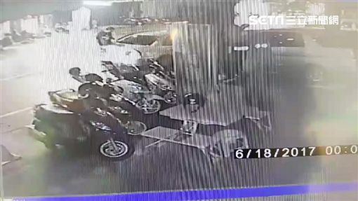 鄭男打開鍾男轎車車門並竊走包包。(圖/翻攝畫面)